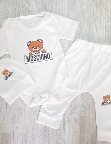 haine bebelusi - costumas 3 piese urculet moschino 370x480 - Haine bebelusi-Acasa